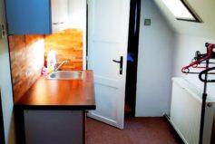 Horní pokoj v roubence má kuchyňku