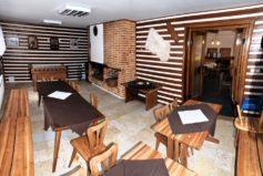 Menší jídelna s krbem bude od května vybavena novým nábytkem a bude mít větší kapacitu.