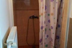 Oba pokoje v roubence mají vlastní příslušenství a vlastní vchod.